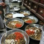 En Chine, les herbes chinoises sont minutieusement pesées et adaptées à la condition de chaque patient.